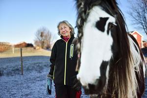 Ulla bredvid en av sina trogna islandshästar.