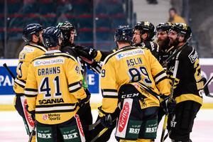 Bråkigt efter slutsignalen mellan Mikael Ahlén i SSK och Jacob Dahlström i AIK. Foto: Maxim Thoré / Bildbyrån