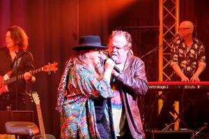 Artisterna som hyllar det som kommit att kallas tidernas första rockfestival under kvällen, är även de tillhörande Woodstockgenerationen med några undantag. Conny Bloom är yngst, född 1964.  På bilden ser vi Py Bäckman och Janne Åström.
