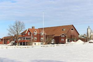 Gård i byn Vargnäs med mjölkproduktion i en robotladugård från år 2010. Gården har ca 74 ha egen åker och brukar totalt 223 ha åker/beten med arrenden. Foto: Björn Målsäter .