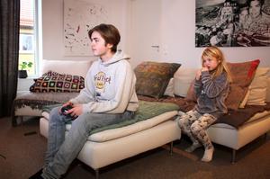 Belle kollar in när storebrorsan Ralf spelar dataspel.