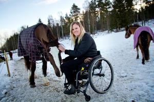 Matilda Persson blev den första rullstolsburna som tog travlicens för storhäst. Nu har hon nyligen amputerat sitt högra ben och hon hoppas vara tillbaka på travbanorna snart igen.