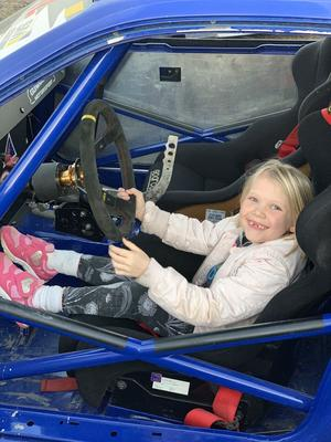 """Min systerdotter Juno älskar bilar! Här på bilden fick hon provsitta en driftingbil som nyligen tagits ut ur garaget för årets säsong på motorbanorna. Lyckligare barn får man leta efter! En härlig """"nu är det vår""""-bild! Foto: My Eriksson"""