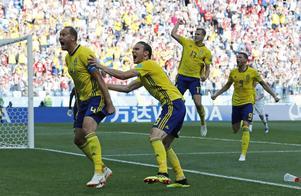 Andreas Granqvist firar sitt straffmål med medspelare framför de svenska fansen i Nizjnij Novgorod.