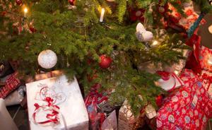 Suget efter att låna till exempelvis julklappar måste matchas av tuffare regler så att färre hamnar hos kronofogden.Foto: Jon Eeg