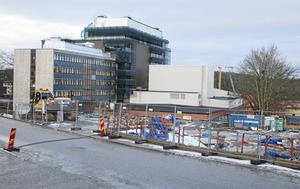 Bygget av ett parkeringshus bakom Stadshuset började i vintras.