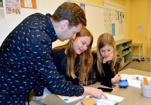Saga Wahlström och Moa Sideborg blir allt bättre på att lösa matteproblem. När det kör ihop sig finns läraren Jimmie Nordberg där.