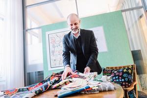 Thommy Bindefeld, kreativt ansvarig och marknadschef på Svenskt Tenn, tror att Josef Franks mönster är populära för att de är så glada och lekfulla.Foto: Stina Stjernkvist / TT