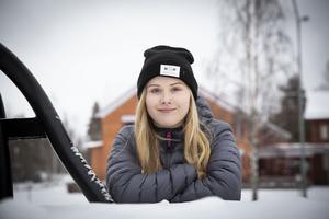 Ebba Aronsson använder sin epa-traktor för att ta sig till kompisar, aktiviteter och mellan sina skilda föräldrar.