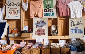 Förutom kläder, husgeråd, prydnadsföremål och annat fanns även i affärens lager ett stort antal reklamaffischer för skyltning, i nyskick.