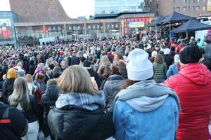 Flera tusen samlades på Stortorget i Östersund för att hylla Avicii på Foto: Anneli Åsen.