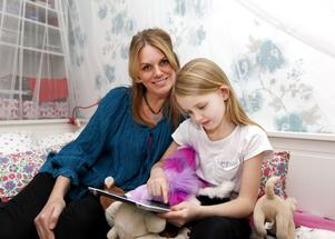 Maria Forsberg Lönn har dottern Engla hos sig varannan vecka. Det födde idén om en gemensam kalender och dagbok där hon kan följa vad som händer Engla när de inte är tillsammans.