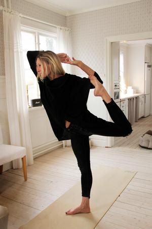 Emma Ihrlund tränar yoga varje dag, alla från en kvart till en och en halv timme: