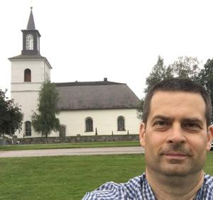 Floda kyrka i Dala Floda och Robert Sundberg, ledarskribent Dala-Demokraten.