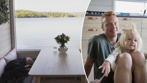 Anders Hagman och dottern Emma på husbåten som hela familjen valt att bosätta sig i året runt.