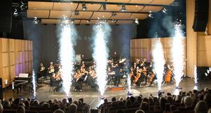 De välkända Star Wars-signalerna plus Mats Hedins flammande eldfontäner - inte undra på att de yngre i lördagens konsertpublik hade en högtidsstund. Filmmusikkonserter borde spelas varje år.