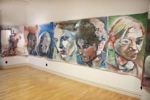 Konstnären Berthel Martinson fyller en hel vägg med bara ansikten.