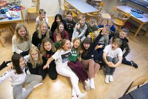 Femmorna i Siljansnäs jublar efter beskedet om att de gått vidare i Vi i femman.