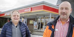 Per Hådén lämnar över driften av Circle K i Bollnäs till Michael Zetterman.