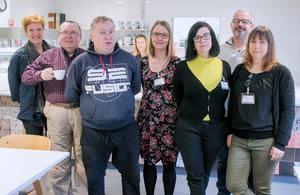Marianne Lundin Lagestam, Anne Gustafsson, Sara Lindberg, Björn Arnehall och Camilla Nilsson Axelsson tillsammans med besökare på Aktivitetshuset Idun i Nynäshamn.