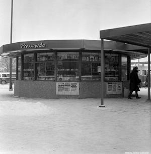 Kiosken vid busstationen, 1963. Fotograf: Okänd (Bildkälla: Örebro stadsarkiv)