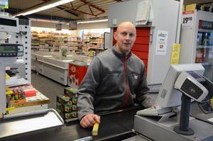ICA-handlaren Carl-Fredric Haglund skulle mer än gärna sköta paketutdelningen åt Postnord i Rörbäcksnäs.