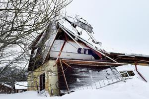 I den lilla ficka som bildades framför husvagnen efter att taket och väggen rasade samman sökte Thomas Westerlund skydd.
