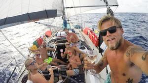 Ljumma vindar blåser i Karibien, berättar Nynäshamnskillarna som seglar jorden runt med sin båt Aloha Sailing. Foto: Privat