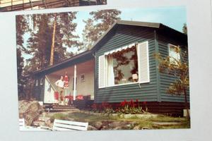 Stugan förr. Den högra delen är originalstugan och den vänstra är utbyggnaden som Lenas pappa gjorde 1969.