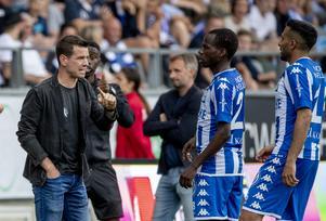 Ferran Sibila i samspråk med några av spelarna i IFK Göteborg. Bild: Adam Ihse/TT