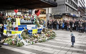 Blommor på Drottninggatan efter terrorattacken 2017.