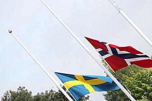 Kommunalrådet Sven-Erik Lindestam berättade om den skugga som vilade över världen under lördagen och höll en tyst minut för de drabbade i Norge.