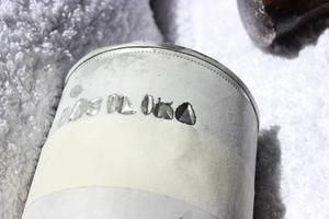 4. Det är bra att träna stansa på en burk först så att du ser hur hårt du ska hamra för att bokstäverna ska synas. Och att du inte hamrar för hårt, då blir det lätt gropar vid bokstäverna. Tänk också på att isen smälter, om du ska stansa in flera ord bör du fylla på med mer vatten och frysa in burken på nytt.