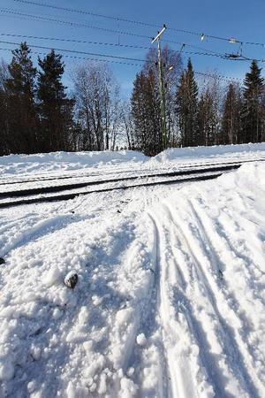 """Trots olyckan 14 februari fortsätter många att korsa järnvägsspåret med skoter i Brunflo. """"Området borde spärras av"""", tycker Calles mamma Marie Olsson."""