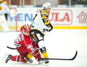 Robin Byström har tre SHL-matcher med Modo på meritlistan. Bilden är från en match på försäsongen 2014, där Byström är i kamp med Skellefteås Per Lindholm.