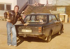 En ung Göran Lind med Volvon som ska bli den första rallycrossbilen i Växbo Racing Team.