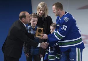 En bild tagen då Henrik Sedin prisades för sin 1000:e poäng i NHL. I bakgrunden syns Johanna och barnen Valter samt Harry. Henrik gjorde 1148 poäng i ligan, Daniel registrerades för 1112 poäng.