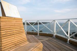 Från utsiktsplatsen kan man sitta och se ut över Nynäshamn i alla riktningar. De glasade räckena skyddar mot vinden.