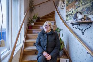 En trapp upp bor Viola Bogstag. Hon har hand om uthyrningen och visar lokalen för hyresgästerna.