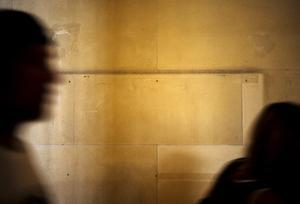 Väggen där skylten med namnet Sackler satt gapar nu tom på Louvren i Paris. Familjen Sackler, kända för sina frikostiga donationer till konstmuseer världen över, beskylls för att drivit på den så kallade opioidkrisen i USA. Arkivbild. Foto: Kamil Zihnioglu/AP