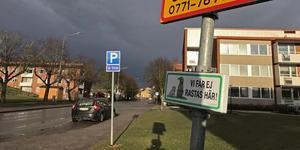Parkering på Österled i Arboga. Fyra timmar maximal parkeringstid anges – men varför, undrar insändaren.