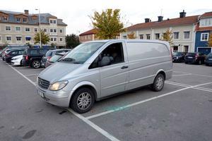 Den var när rånarna snabbt hoppade in i den här skåpbilen i Heby som vittnet Göran följde efter de nu dömda gärningsmännen. Flyktbilen hittades senare slarvigt på parkeringen utanför Salas polishus.