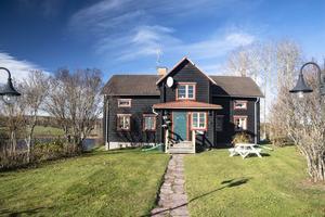 På tredje plats på Dalarnas Klicktoppen, sett till de dalaobjekt som fått flest klick på Hemnet under den gångna veckan, hittar vi denna sjurumsvilla i Stora Skedvi, i Säters kommun. Foto: Kristofer Skog