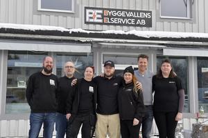 Conny Persson med personal framför nyöppnade BE Elektriska i Särna.