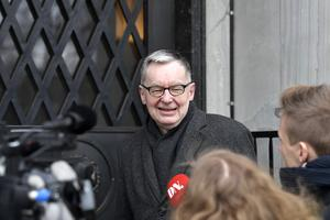 Svenska Akademiens ständige sekreterare Anders Olsson anländer till Nobelstiftelsen på Sturegatan i Stockholm. I dag kan Nobelprisets öde avgöras. Klockan 9.30 inleds det möte där Nobelstiftelsen förväntas besluta om Svenska Akademien ska få grönt ljus för att dela ut litteraturpriset i år. Foto: Pontus Lundahl/TT