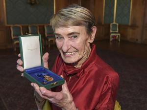 Jonas Ekströmer/TTNu kommer boken om Gunilla Bergströms liv. Här har hon just tilldelats medaljen Litteris et Artibus av kung Carl XVI Gustaf. Arkivbild.