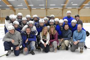U14-spelarna tillsammans med större delen av Älvdalen hockeys nya ledning. Främre raden från vänster:Jörgen Wallin, tränare för U14, tillsammans med Micke Tegnér, styrelseledamot, kanslist och tränare, Ing-Marie Bergman, styrelseledamot och lagledare för tjejlaget, Erika Beronius, styrelseledamot och assisterande tränare tjejlaget, Björn Tegnér, huvudtränare för tjejlaget och Andreas Flood, styrelseledamot och tränare.