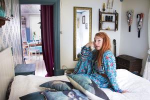 Sovrummet innanför köket var det första som rustades när de precis flyttat in och Erika var höggravid – men de fick stor hjälp av släkt och vänner.