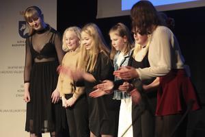 Ungdomssektionerna medverkade med hejaramsor, här medlemmar i  Tunalids ridklubb, Hudiksvall.