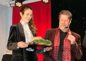 Malin Berglund och Kettil Medelius, producent respektive musiker, hjälper också til med skådespeleriet samt sånger.